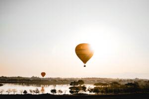 Ballone ueber einem See