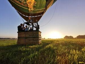 Startplatz mit dem Barre Heissluftballon im sonnenaufgang