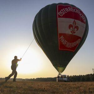 Helfer an der Kronleine vom Ballon beim Aufrüsten