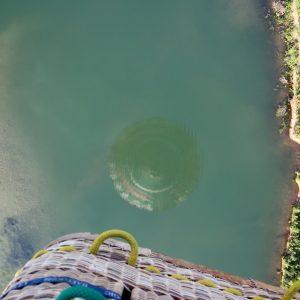 Speigelung im Gewässer Ballonfahrt